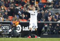 Santi Mina rescata al Valencia con un doblete