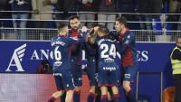 El Huesca golea y mantiene en la quema al Valladolid