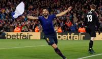 El Barça supera a un Atlético con 10 y ensaya el alirón