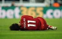 Salah, duda para jugar ante el Barça tras retirarse de St. James' Park en camilla e inmovilizado