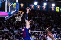El Barça arrolla a la 'Penya' y cobra ventaja en un derbi tenso