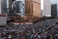 La prohibición de llevar máscaras en las manifestaciones desata la ira en las calles de Hong Kong