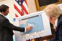 Trump muestra un mapa de huracanes manipulado mientras Dorian golpea la costa de Estados Unidos