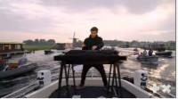 Martin Garrix sorprende con un concierto sobre el río