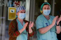 Los aplausos para los sanitarios siguen congregando a ciudadanos pese a las peticiones para finalizarlos