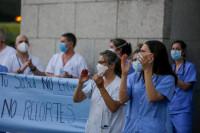 Los aplausos ciudadanos a los sanitarios continúan mientras el país avanza hacia la