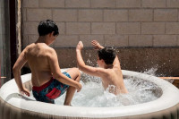 Los pediatras insisten en mantener una vigilancia permanente de los menores ante el auge de las piscinas hinchables