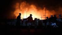 Miles de personas huyen mientras los incendios consumen un campo de refugiados en Grecia