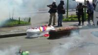 Soldados bolivianos lanzan gases lacrimógenos en cortejo fúnebre de los manifestantes asesinados el martes