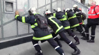 Bomberos franceses se enfrentan con antidisturbios en la protesta contra la reforma del sistema de pensiones