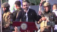 El presidente de El Salvador, Nayib Bukele, y oficiales armados confrontan a legisladores por financiamiento militar