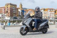 Ventajas y limitaciones de obtener el carnet de conducir con una moto automática