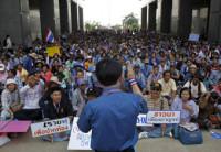 Miles de manifestantes se concentran frente a la oficina provisional en Bangkok