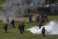 Policía tailandesa emplea gases lacrimógenos contra manifestantes