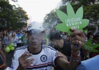 Mujica firma el decreto que permite el consumo de marihuana en Uruguay