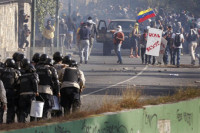 Muere un policía de un disparo en la cabeza en las protestas en Chacao