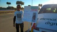 Un grupo de víctimas espera a la salida de la cárcel al etarra 'Kubati'