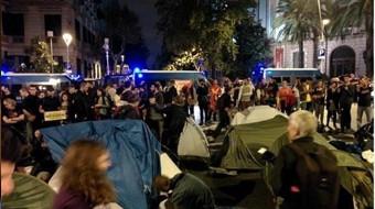 La acampada frente a la Delegación del Gobierno se disuelve durante la noche