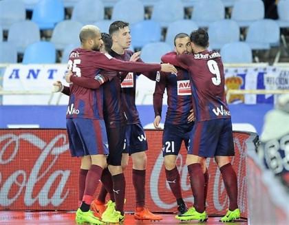 El Eibar salva un punto 'in extremis' y el Valencia coge aire
