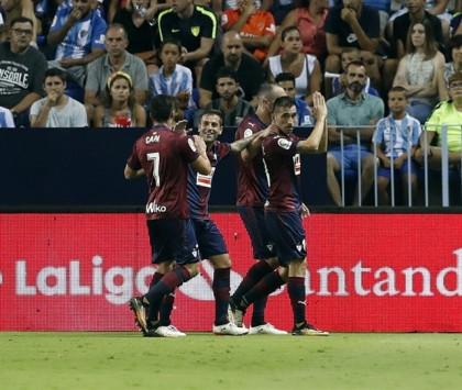 Charles se toma la revancha del Málaga y el Levante supera a un Villarreal diezmado