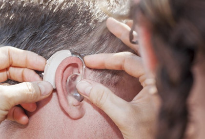 El 40% de los españoles que sufre pérdida auditiva tarda una media de entre uno y cinco años en acudir al médico