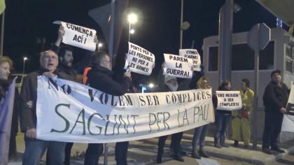 Activistas españoles obstaculizan a un buque que posiblemente transporta armas para la guerra en Yemen