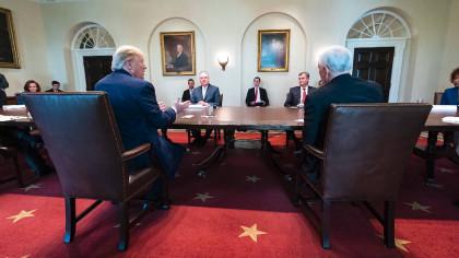 Mientras la COVID-19 se cobra más de un millón de vidas, surgen informes de desavenencia entre asesores de la Casa Blanca