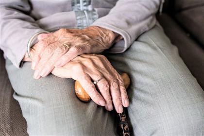 Expertos alertan de la importancia de extremar la higiene y la hidratación de la piel de los ancianos en plena ola de calor